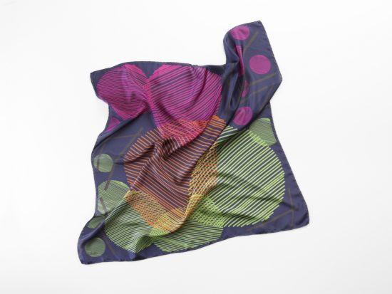 elegante pañuelo de seda para viajar