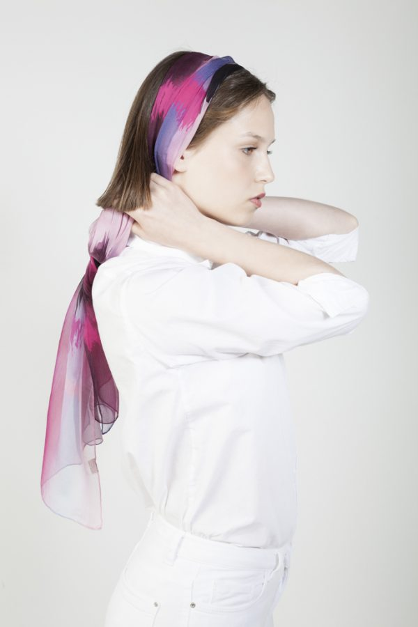 chica con fular de seda cabeza