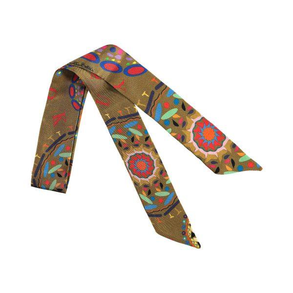 elegante accesorio de seda de colores vibrantes