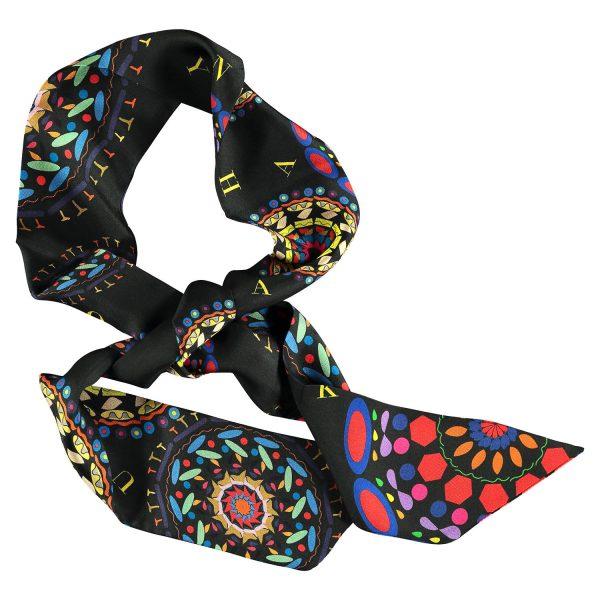 accesorio de seda con mandalas de colores en fondo negro